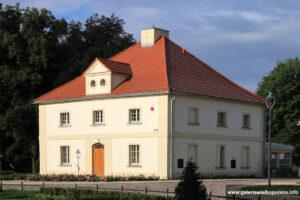 Oficyna boczna pałacu w Lewkowie