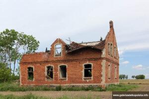 Psienie Ostrów - zniszczony dom przy głównej drodze