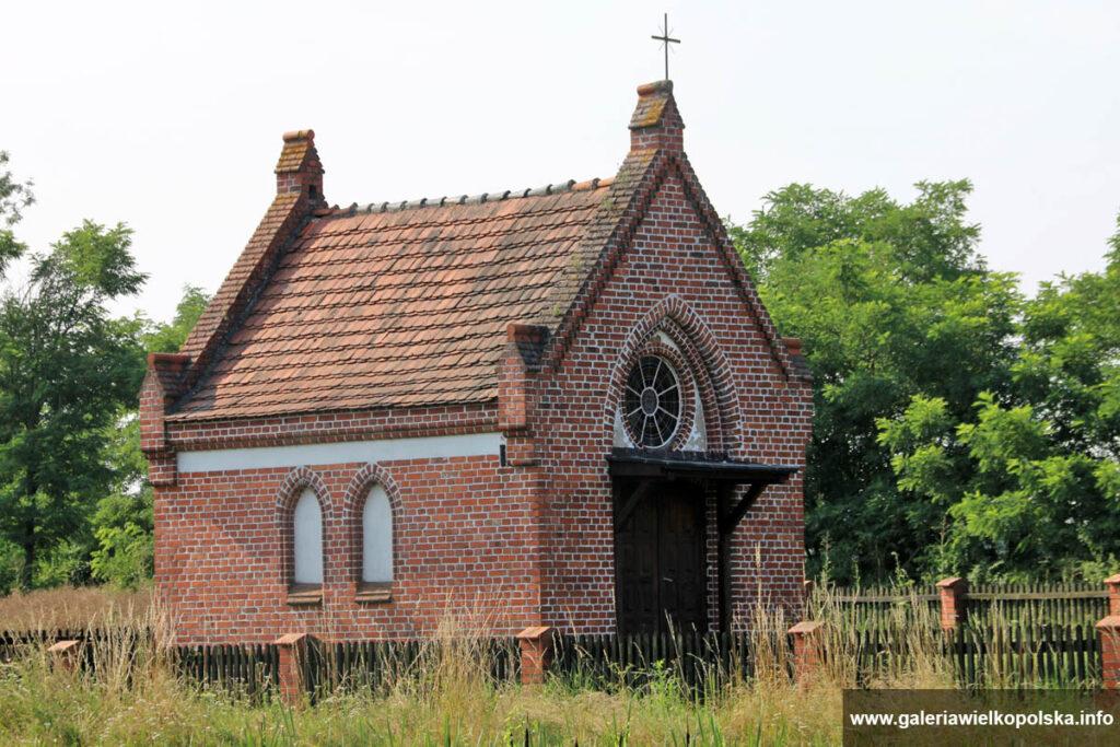 Murowana neogotycka kapliczka w Łukowie