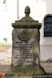 Przykościelny cmentarz w Otorowie