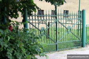 Zdobiona brama parkowa w Parzęczewie