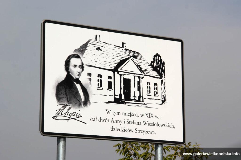 Tablica poświęcona nieistniejącej już rezydencji Wiesiołowskich w Strzyżewie